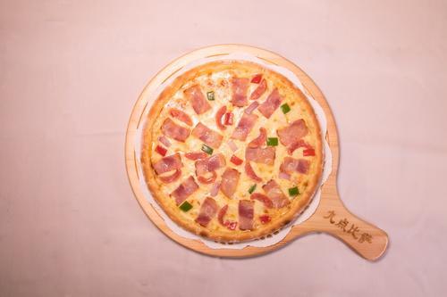 德式烤肠培根比萨